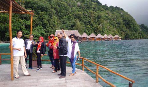 Paket wisata Pantai Ora dan Sawai